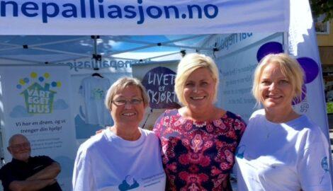 Selveste finansministeren Siv Jensen (FrP) kom bort og hilste og er roste FFB for innsatsen. Her er hun sammen med Laila Dåvøy og Karin G Kvaase som er prosjektmedarbeider i FFB.